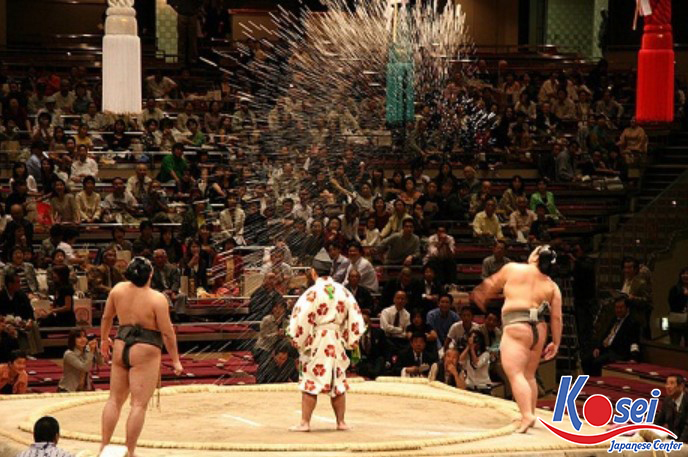 Tại sao nghi lễ rải muối Sumo trên sàn đấu được coi là một văn hóa của Nhật Bản?